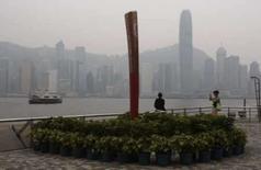 <p>Imitação da tocha olímpica com o centro de Hong Kong ao fundo. A China cogita adotar medidas de emergência para manter o ar limpo durante a Olimpíada de Pequim, o que deve significar a ampliação do rodízio de veículos,  disseram consultores ambientais do governo. Photo by Bobby Yip</p>