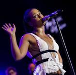 <p>A cantora Alicia Keys faz show no Festival de Jazz de Montreal, dia 17 de julho. Alicia Keys e Jack White, do duo White Stripes, gravaram a canção-tema de 'Quantum of Solace', o 22o filme da franquia James Bond, que será lançado mundialmente em novembro. A informação é da Columbia Pictures. Photo by Reuters</p>