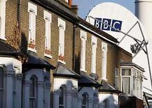 <p>El regulador de medios británico, Ofcom, multó el miércoles a la BBC en 400.000 libras esterlinas, unos 504.000 euros, la mayor pena económica nunca emitida contra la cadena estatal, por engañar al público con concursos y competencias falsos. Ofcom dijo que ocho programas de la BBC -cuatro de televisión y cuatro de radio- presentaban deficiencias 'muy graves'. Photo by (C) TOBY MELVILLE / REUTERS/Reuters</p>