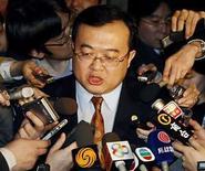 <p>Fotografía de archivo del portavoz del Ministerio de Relaciones Exteriores chino, Liu Jianchao,hablando con la prensa en un hotel de Seúl, Corea del Sur, 10 abr 2007. El Comité Olímpico Internacional (COI) investigará una aparente censura del servicio de internet ofrecido a los periodistas que cubren Pekín 2008, dijo el martes el jefe de prensa Kevan Gosper. China, que ha prometido a los medios la misma libertad para informar sobre los Juegos de la que disfrutaron en ediciones anteriores, relajó sus reglas para la prensa extranjera en enero del año pasado. (Foto de archivo) Photo by (C) LEE JAE WON / REUTERS/Reuters</p>