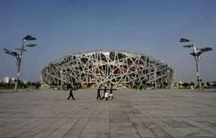 <p>Pessoas caminham em frente ao Estádio Olímpico Nacional de Pequim. A China prometeu que os Jogos Olímpicos transcorrerão sob um céu azul, e não sob a névoa embaçada que recobriu a cidade nos últimos tempos. Mas os níveis de poluição não seriam seguros para os atletas. Photo by Jason Lee</p>