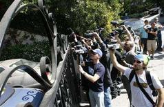 <p>Media crews and the paparazzi rush to the gate as a visitor exits her car at hotel heiress Paris Hilton's home, where she is expected to serve a 45 day home arrest sentence after being released from the Century Regional Detention Center for reported medical conditions, in the West Hollywood area of Los Angeles June 7, 2007.REUTERS/Gus Ruelas</p>