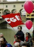 <p>Una bandiera della Cgil (Confederazione Generale Italiana del Lavoro) durante una manifestazione sindacale a Firenze. Foto d'archivio. REUTERS/Paolo Cocco</p>