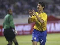 <p>Atacante brasileiro Alexandre Pato comemora gol marcado na vitória de 1 x 0 do Brasil sobre o Vietnã, nesta sexta-feira, em Hanói. Photo by Kham</p>