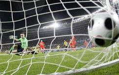 <p>Una rete durante una partita di calcio. REUTERS/Kai Pfaffenbach (AUSTRIA)</p>
