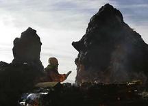 <p>Un médico brujo boliviano realiza una ofrenda en la montaña Pajchiri, Bolivia, 1 ago 2008. Sangre de llamas recién sacrificadas y abundante cerveza fueron rociadas en la madrugada del viernes a orillas del lago Titicaca, en una ceremonia que marcó el inicio del mes de la Pachamama, la 'madre tierra' de los indígenas aymaras de la región. Ancianos 'amautas' o sabios se reunieron con decenas de sacerdotes del pueblo aymara, al que pertenece el presidente Evo Morales, para presentar sus ofrendas a la Pachamama pidiéndole fertilidad, salud y buena suerte. Photo by David Mercado/Reuters</p>