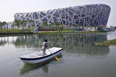 <p>Jardineiro rema em lago próximo do Estádio Nacional em Pequim. A China está estudando maneiras de interferir no clima para garantir um tempo perfeito durante a Olimpíada, que começa na próxima sexta-feira. Photo by Nir Elias</p>