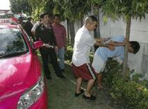 """<p>Il giovane thailandese arrestato per aver ucciso un tassista e per una serie di violenze ispirate al videogioco """"""""Grand Theft Auto"""" replica le sue azioni davanti alla polizia nel corso dell'incidente probatorio. La foto è stata scattata ieri. REUTERS/Stringer</p>"""