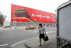 <p>Mulher caminha em rua de Pequim. Hotéis de Pequim estão diminuindo até pela metade seus preços para o período dos Jogos Olímpicos porque o número de reservas ficou muito abaixo do esperado. Photo by Marcelo Del Pozo</p>
