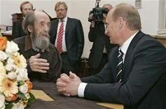 <p>Russia's President Vladimir Putin (R) and Alexander Solzhenitsyn talk as president visits his home in Troitse-Lykovo in Moscow, June 12, 2007. REUTERS/RIA Novosti/Kremlin</p>