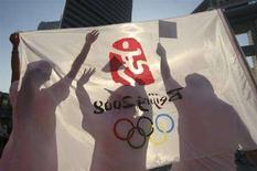 <p>Manifestanti salutano l'arrivo della torcia olimpica a Tianjin, il 2agosto scorso. REUTERS/Vincent Du</p>