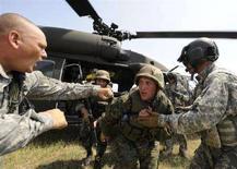 <p>Американские инструкторы тренируют грузинских солдат во время учений на базе Вазиани, недалеко от Тбилиси, 22 июля 2008 года. Россия обвинила Грузию в наращивании воинских подразделений в зоне грузино-югоосетинского конфликта, опасаясь вооруженного столкновения. Тбилиси отверг эти обвинения, а США призвали стороны к немедленным переговорам. (REUTERS/Irakli Gedenidze)</p>
