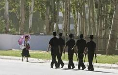<p>Membros da Força de Segurança patrulham área perto do local onde um ataque a bomba aconteceu no dia anterior, na província de Xinjiang, China. Photo by Nir Elias</p>