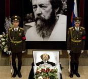 <p>The body of writer and former Soviet dissident Alexander Solzhenitsyn lies in state at the Academy of Science in Moscow August 5, 2008. REUTERS/Sergei Karpukhin</p>