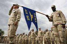 <p>Военные на американской базе в Манасе, рядом со столицей Киргизии Бишкеком , 4 июня 2007 года МВД Киргизии в понедельник вечером арестовало склад со стрелковым оружием, принадлежащим США и предназначенном для тренинга, который американские военные планировали для бойцов киргизского спецназа. REUTERS/Vladimir Pirogov (KYRGYZSTAN)</p>