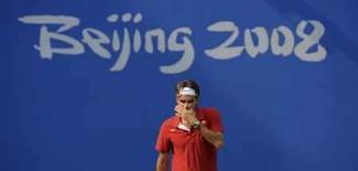 <p>O tenista suíço Roger Federer treina antes da abertura dos Jogos Olímpicos de Pequim. Uma rápida olhada para o placar do Centro Olímpico de Tênis pouco ajudou o suíço Roger Federer a melhorar seu humor nesta terça-feira. Photo by Toby Melville</p>