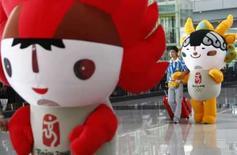 <p>Um voluntário acompanha o mascote dos Jogos Olímpicos pelo aeroporto de Pequim. Photo by Ceerwan Aziz</p>