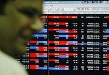 <p>Un broker alla sua postazione di lavoro alla Borsa di Mumbai, principale hub finanziario dell'India. REUTERS/Punit Paranjpe</p>