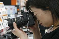 <p>Les japonais Olympus et Matsushita ont développé une nouvelle technologie permettant de rendre les appareils photo numériques reflex compacts (SLR) plus petits et plus légers, dans l'espoir de doper les ventes de ces modèles sophistiqués mais plus lourd et plus gros que les numériques compacts. /Photo d'archives/REUTERS/Kiyoshi Ota</p>