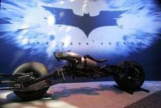 """<p>Презентация фильма """"Темный рыцарь"""" компании Warner Brothers в Нью-йорке 19 июня 2007 года. Фильм """"Темный рыцарь"""", продолжение киносаги о Бэтмене, поставил новый рекорд, собрав в американском прокате $400 миллионов за 18 дней, сообщила во вторник киностудия Warner Bros. Pictures. (REUTERS/Jamie Fine)</p>"""