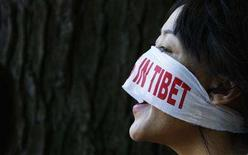 <p>A pro-Tibet demonstrator protests in front of the Chinese embassy in Brussels August 6, 2008. REUTERS/Francois Lenoir</p>