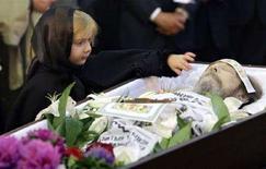 <p>La salma di Alexander Solzhenitsyn durante la cerimonia funebre. REUTERS/Yuri Kochetkov/Pool (RUSSIA)</p>