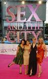 """<p>Kristin Davis, Sarah Jessica Parker, Cynthia Nixon et Kim Cattrall (de gauche à droite), les actrices de """"Sex and the City"""", lors de l'avant-première berlinoise du film. Ce long métrage et d'autres productions du studio Warner Bros, ainsi que de solides recette publicitaires ont permis au conglomérat Time Warner de livrer un bénéfice trimestriel légèrement supérieur aux attentes du marché. /Photo prise le 15 mai 2008/REUTERS/Fabrizio Bensch</p>"""