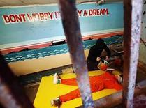 <p>El montaje del artista Steve Powers 'El Emocionante Juego del Ahogamiento Simulado', en Coney Island, Nueva York, EEUU, 6 ago 2008. Un hombre con una capucha negra vierte agua en la cara de un prisionero que viste un traje naranjo y está atado a una mesa (en la foto). No, no es la base naval estadounidense de Bahía de Guantánamo en Cuba, sino el parque de diversiones de Coney Island en Nueva York. La escena utiliza robots y es una instalación preparada por el artista Steve Powers para criticar el ahogamiento simulado, una técnica de interrogación que Estados Unidos ha reconocido que ha utilizado en sospechosos de terrorismo y que grupos de defensa de los derechos humanos afirman que es una tortura. Photo by Shannon Stapleton/Reuters</p>