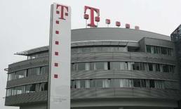<p>Deutsche Telekom fait état d'une légère baisse de son résultat brut d'exploitation et de son chiffre d'affaires au deuxième trimestre, conformément aux attentes du marché, en raison de l'impact des taux de change et d'un recul des ventes en Allemagne. /Photo prise le 30 mai 2008/REUTERS/Ina Fassbender</p>
