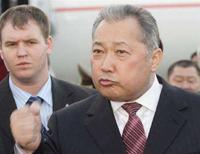 """<p>Президент Киргизии Курманбек Бакиев общается с журналистами в аэропорту Бишкека, 28 марта 2008 года.Киргизия наделила местные органы власти правом ограничивать и запрещать публичные мероприятия. Правозащитники назвали действия властей """"поворотом к авторитаризму"""". (REUTERS/Vladimir Pirogov)</p>"""