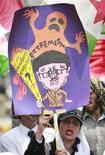 <p>Участники демонстрации плакаты с карикатурой на президента Пакистан Первеза Мушаррафа требуя его отставки, Лахор, 3 июля 2008 года. Парламент Пакистана может начать процедуру импичмента президента страны Первеза Мушаррафа на следующей неделе, сообщил Рейтер высокопоставленный представитель правящей коалиции. (REUTERS/Mohsin Raza)</p>