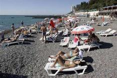 <p>Отдыхающие загорают на пляже в Сочи, 27 сентября 2007 года Два человека погибли и трое получили ранения в результате взрыва на пляже поселка Лоо, расположенном в Лазаревском районе города Сочи, сообщила представитель сочинской милиции. REUTERS/Sergei Karpukhin (RUSSIA)</p>