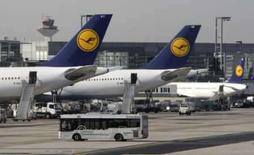 <p>Aviões da companhia aérea Lufthansa no aeroporto de Frankfurt. Agências online de viagem podem enfrentar uma queda brusca no número de reservas domésticas ainda em 2008, quando as companhias aéreas norte-americanas cortarem o número de passagens à venda. Photo by Alex Grimm</p>