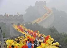 <p>China exibe tocha na Muralha; Bush critica país. A China desfilou a tocha olímpica pela sua Grande Muralha, um dia antes da cerimônia de abertura da Olimpíada com a qual o país quer exibir sua modernidade e prosperidade. 7 de agosto. Photo by Joe Chan</p>