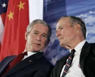 <p>George W Bush e seu pai, o ex-presidente George Bush, na nova embaixada norte-americana em Pequim        REUTERS. Photo by Larry Downing</p>
