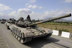 <p>Tanque da Geórgia em estrada próxima da cidade de Tskhinvali, a 100 quilômetros de Tblisi. Um ministro da região separatista georgiana da Ossétia do Sul afirmou que mais de mil pessoas morreram no bombardeio noturno realizado pelas forças da Geórgia em Tskhinvali. Photo by Reuters</p>