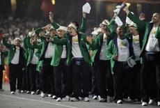 <p>Equipe olímpica brasileira acompanha o porta-bandeira Robert Scheidt durante a cerimônia de abertura dos jogos em Pequim, dia 8 de agosto.A China abriu nesta sexta-feira a Olimpíada de Pequim com um espetáculo de tambores e fogos de artifício, numa cerimônia fascinante que celebrou a história do país. Photo by Kai Pfaffenbach</p>
