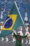 <p>O porta-bandeira brasileiro Robert Scheidt desfila na cerimônia de abertura nos Jogos Olímpicos de Pequim, 8 de agosto. A China abriu nesta sexta-feira a Olimpíada de Pequim com um espetáculo de tambores e fogos de artifício, numa cerimônia fascinante que celebrou a história do país e visa a fazer o mundo esquecer os últimos meses de controvérsias políticas. Photo by Gary Hershorn</p>
