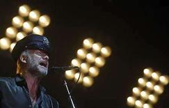 <p>Sting actúa con su banda The Police durante su concierto de despedida en el Madison Square Garden en Nueva York, EEUU, 7 ago 2008. El trío de rock británico The Police tocó el jueves su último concierto como grupo acompañado por auténticos efectivos de la policía... la banda policial de la ciudad de Nueva York. El cantante y bajista Sting, el baterista Stewart Copeland y el guitarrista Andy Summers se reunieron para una gira mundial en mayo y desde entonces han tocado 150 conciertos para 3,7 millones de personas, según dijo Sting a la multitud entre canciones en el Madison Square Garden. Photo by Brendan Mcdermid/Reuters</p>