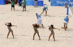 <p>Animadoras de torcida dançam durante intervalo de partida de vôlei de praia, em Pequim. Photo by Tim Wimborne</p>