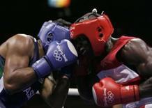 <p>Brasileiro Washington Silva (esquerda) vence haitiano Azea Augustama em sua estréia na categoria meio-pesado dos Jogos de Pequim, neste sábado. Photo by Lee Jae-Won</p>