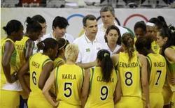 <p>Técnico da seleção brasileira de basquete masculino Paulo Bassul conversa com a equipe durante a derrota para a Coréia do Sul, em Pequim, neste sábado. Photo by Sergio Perez</p>