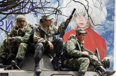 <p>Soldati russi seduti su un veicolo blindato diretto verso la capitale dell'Ossezia del Sud, Tskhinvali, oggi. REUTERS/Denis Sinyakov</p>