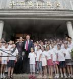 <p>Presidente dos EUA George W. Bush fala com a imprensa em frente a uma igreja, na China. Photo by Larry Downing</p>