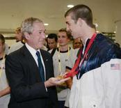 <p>Presidente dos EUA, George W. Bush, segura medalha de ouro conquistada pelo nadador Michael Phelps nos 400m medley, neste domingo, nos Jogos de Pequim. Photo by Larry Downing</p>