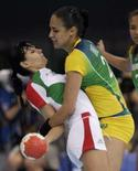<p>Fabiana Diniz, do Brasil em defesa frente a húngara Anita Gorbicz durante partida do grupo B no torneio de handebol, que terminou empatada. Photo by Sergio Moraes</p>