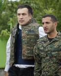 <p>O presidente da Geórgia, Mikheil Saakashvili (esquerda), e o Ministro da Defesa do país, David Kezerashvili, inspecionam tropas perto de Tskhinvali. Saakashvili disse que 90 por cento das baixas do país no conflito com a Rússia na Ossétia do Sul é de civis. Photo by Gleb Garanich</p>