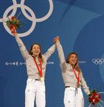 <p>Maria Valentina Vezzali e Margherita Granbassi festeggiano rispettivamente oro e bronzo vinti oggi nel fioretto. REUTERS/Alessandro Bianchi (CHINA)</p>