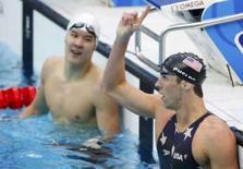 <p>Michael Phelps, dos Estados Unidos, comemora sua terceira medalha de ouro em Pequim, a nona em sua carreira    REUTERS. Photo by Jerry Lampen</p>