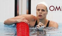 <p>Nadadora francesa Laure Manaudou olha para o placar após terminar em 7o na finak dis 100m costas nos Jogos de Pequim. Photo by Jason Reed</p>